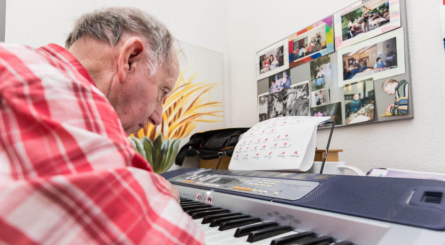 Ein älterer Mann spielt Klavier