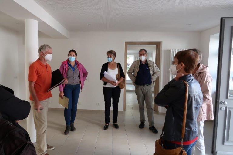 Mitarbeitende von Atrio Leonberg übergeben die Schlüssel an der Bürgertreff Weil der Stadt